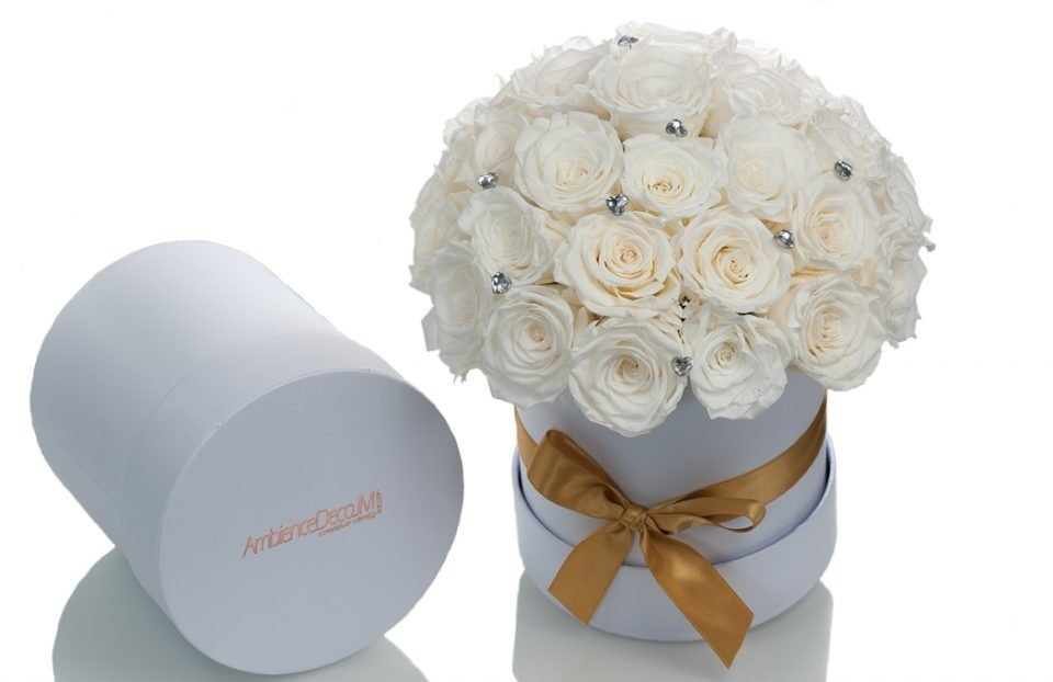 White-Infinity-Roses-in-a-Big-Hat-Box.