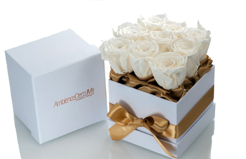 Infinity-white-roses-in-a-box.