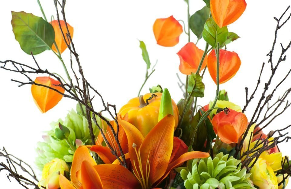 King-lilies-and-Chinese-lanterns-in-Halloween-arrangement